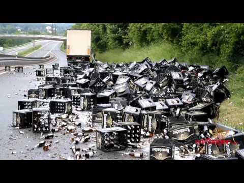 LKW verliert komplette Ladung Krombacher