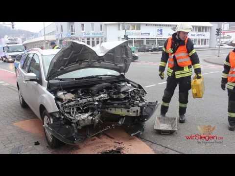 PKW kracht ungebremst in Ampelanlage (Siegen-Geisweid/NRW)