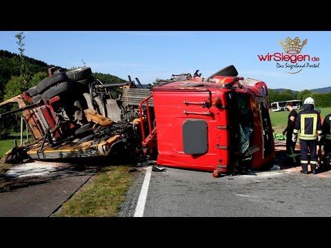 Kollision zwischen Lkw und Bus fordert einen Toten (Kichhundem-Flape/NRW)