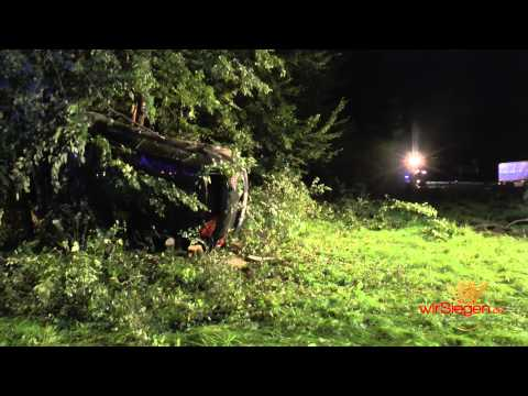 Pkw kracht gegen Baum – Polizei sucht Unfallverursacher mit Heli (Drolshagen/NRW)