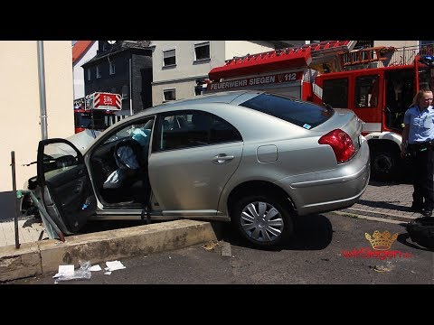 Schwerverletzter PKW-Fahrer nach Kollision mit Hauswand (Siegen/NRW)