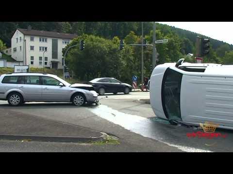 Kleintransporter nach Kollision mit PKW umgekippt