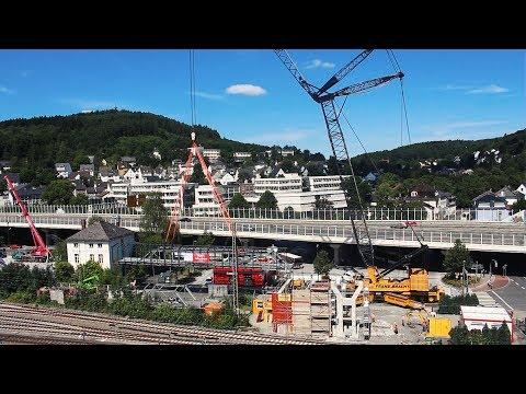 Großbaustelle am Siegener Hauptbahnhof: Spezial-Kran im Einsatz (Siegen/NRW)