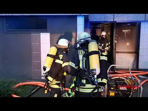 Video: Feuerwehr rettet mehrere Menschen aus verrauchten Hochhaus