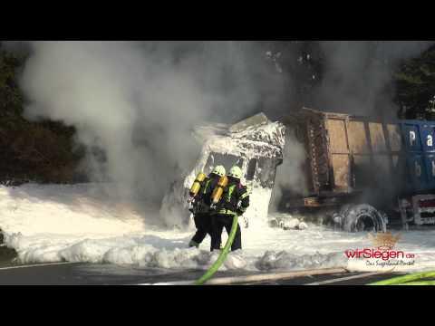 Feuer: Motorrad schleudert unter LKW – Tödlich verletzt (Hilchenbach/NRW)