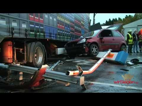 LKW-Fahrer unter Sattelzug eingeklemmt