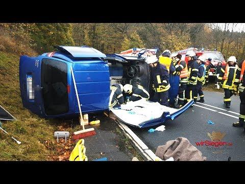 Feuerwehr muss eingeklemmte Beifahrerin nach Verkehrsunfall freischneiden (Netphen/NRW)