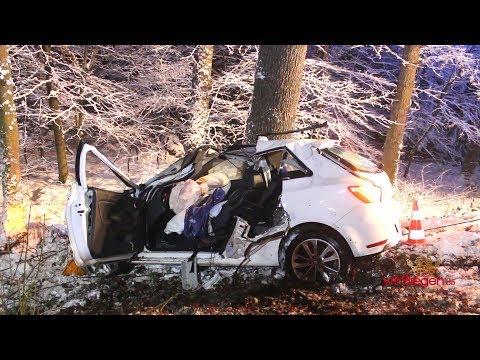 Pkw kracht gegen Baum! Auf schneeglatter Fahrbahn Kontrolle verloren (Netphen/NRW)