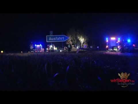 Unfall an A45-Ausfahrt: Auto fliegt in Baumgruppe