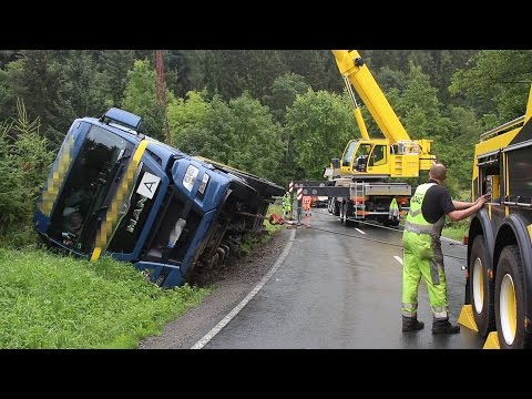 Umgestürzter 40-Tonner musste geborgen werden (Oberhundem/Kreis Olpe)