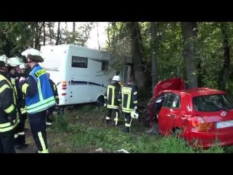 Wohnmobil kracht ungebremst in Waldstück - Pkw-Fahrer eingeklemmt (Burbach/NRW)