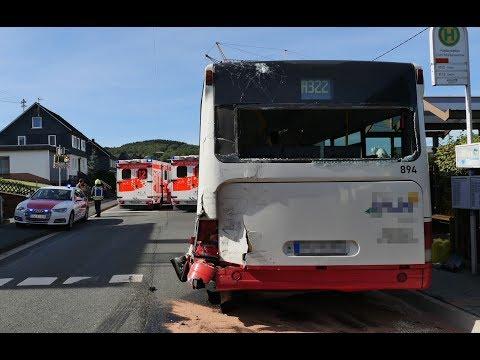 LKW fährt auf Schulbus auf: 11 Kinder leicht verletzt