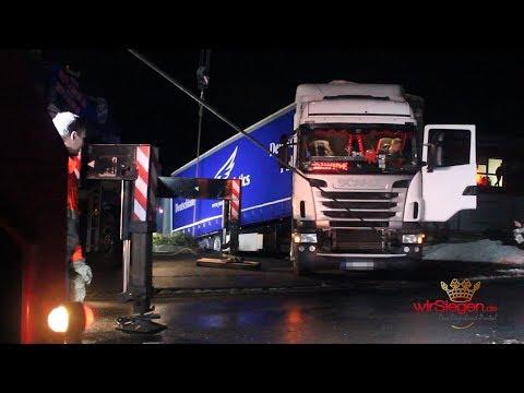 Dumm gelaufen! Sattelzug beim Rangieren festgefahren (Wilnsdorf/NRW)