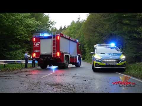 Siegen: BMW-Fahrer schleudert in den Gegenverkehr - Zwei Verletzte und 30.000 Euro Sachschaden