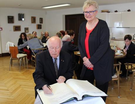 """""""Mit Ihnen endet eine Ära"""", bedankte sich Angelika Flohren für das langjährige Engagement- nicht nur für den Chorverband NRW, sondern auch für die Chor-Szene in Siegen und Umgebung. (Foto: Stadt Siegen)"""