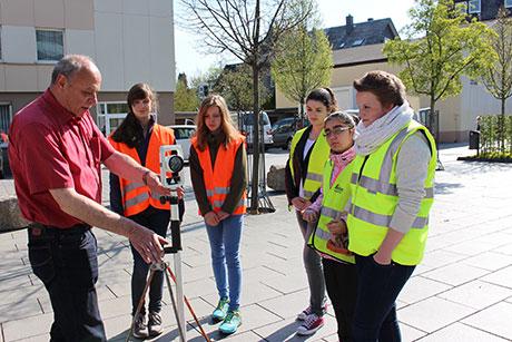 Die Kreismitarbeiter Reinhard Stratmann (links) und Melina Theiß (rechts) erklärten den Teilnehmerinnen des Girls' Days unter anderem die Grundlagen der Vermessungstechnik. | Foto: Stadt Siegen