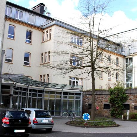 """Fakultätsrat der Fakultät III der Uni Siegen gibt dem ehemaligen Kreisklinikum den Namen """"Ludwig-Wittgenstein-Haus"""". (Foto: Uni)"""