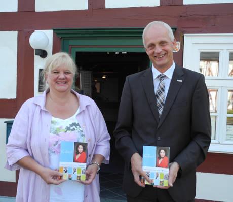 """Burbachs Kulturbeauftragte Katrin Mehlich und Bürgermeister Christoph Ewers stellten jetzt das neue Kulturprogramm """"Buntes Burbach"""" vor. (Foto: Gemeinde Burbach)"""