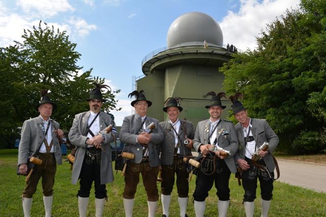 Die Böllerschützen Neufahrn rundeten die Übergabezeremonie mit ihren Salut-Schüssen nach bayrischer Tradition ab.