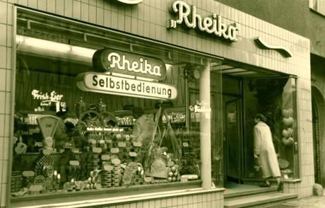 Ein Blick auf die Schaufensterauslage der Rheika-Filiale in der Siegener Bahnhofstraße im Jahr 1956. (Foto: Stadtarchiv Siegen)