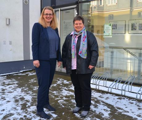 Die SPD-Landtagsabgeordnete Tanja Wagener (r.) traf sich im Freudenberger Rathaus mit der neu gewählten Bürgermeisterin Nicole Reschke zu einem ersten offiziellen Gespräch.