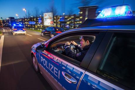 Polizei Streifenwagen bei Alarmfahrt mit Blaulicht. Foto: Jochen Tack