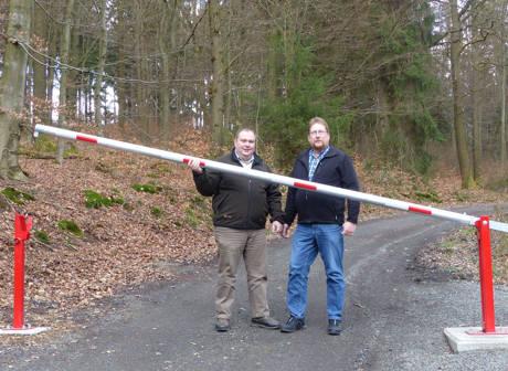 Frank Zulauf von der RuheForst GmbH und der städtische Fachbereichsleiter Jörg Heiner Stein zeigen, dass die Schranke ein überwindbares Hindernis sein kann. Foto: Stadtverwaltung