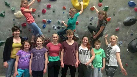 """Viel Spaß hatten die """"On Tour""""-Teilnehmer beim Bouldern. (Foto: Stadt Hilchenbach)"""