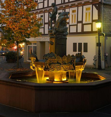 Der beleuchtete Altstadtbrunnen in Bad Laasphe (Foto: TKS)