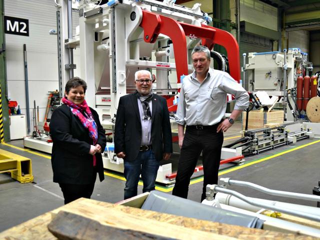 Gemeinsam mit Ratsmitglied Armin Nies besuchte Tanja Wagener (MdL) die Hess-Group GmbH in Wahlbach. Klaus Brecher (r.), Leiter Technik und Operation, führte die beiden SPD-Politiker durch den Betrieb. (Foto: privat)