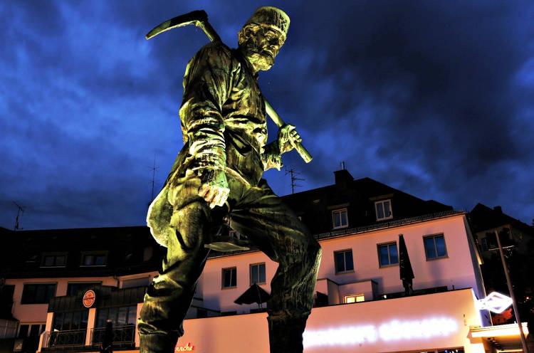 Bergmann Henner an seinem Standort auf der Oberstadtbrücke (Archivbild: Kay-Helge Hercher)