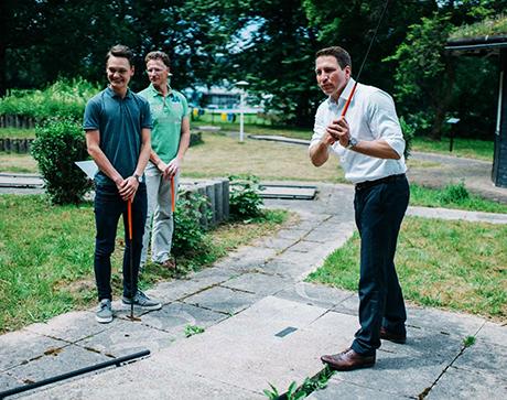 Bildzeile:  Beim Fototermin vor Ort ließen es sich Bürgermeister Bernhard Baumann (rechts), Betreiber Anton Matlik (links) und Michael Hester von der Gemeindeverwaltung nicht nehmen, eine der Bahnen zu testen.