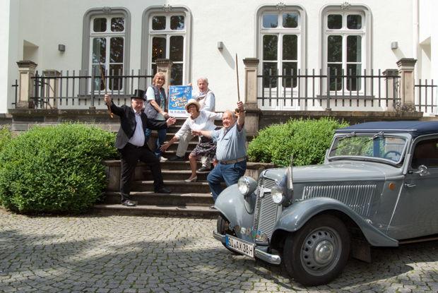 Einige Mitglieder des Seniorenbeirates der Stadt Kreuztal vor dem Adler Trumpf Junior Cabrio von 1937. (Foto: Stadt Kreuztal)