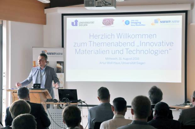 Dr. Harald Cremer vom Landes-Cluster NMWP begrüßte die Gäste im Siegener Artur-Woll-Haus.