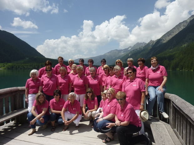 Die Netphener NGV-Frauen, hier bei ihrer Chorreise nach Südtirol am Ufer des Antholzer Sees, laden zum Geburtstagskonzert ein. (Foto: Verein)