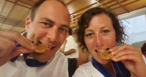 Schmeckt gut! Robert Deppe und seine Schwester Carla Moses von der LSG Breitscheid freuen sich über ihr WM-Gold.