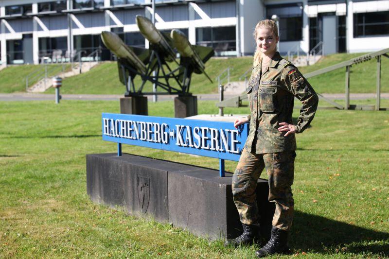 Militärisches Zuhause für zehn Wochen – Leutnant Mentschke am Tor der Hachenberg-Kaserne. (Fotos: Daniel Heinen)