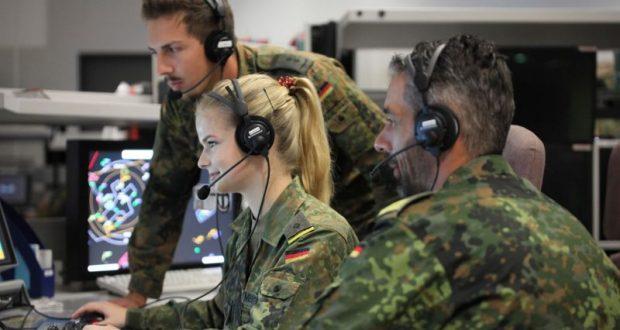 In der Waffeneinsatzsektion führt Leutnant Mentschke unter Anleitung zwei simulierte Jagdflugzeuge.