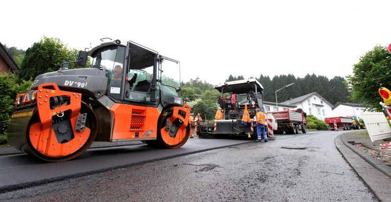 Das erste Maßnahmenbündel wurde bereits abgeschlossen (hier Arbeiten in Niederdielfen), jetzt hat die Gemeinde Wilnsdorf ein zweites Sanierungspaket in Auftrag gegeben. (Foto: Gemeinde Wilnsdorf)