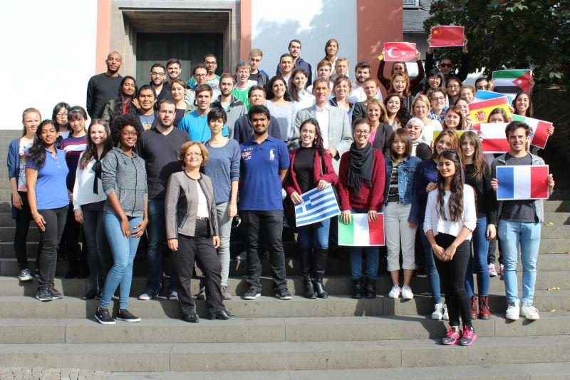 Im Rahmen einer städtischen Willkommensveranstaltung hat Jens Kamieth als 1. stellv. Bürgermeister heute rund 80 Studierende aus aller Welt im Historischen Ratssaal empfangen. (Foto: Stadt Siegen)