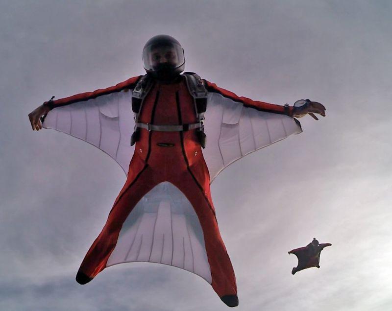 Vogelmenschen: Die Ganzkörperanzüge der Wingsuiter sind mit Flächen aus Stoff zwischen Armen und Beinen ausgestattet. Diese werden von Luft durchströmt, wodurch die vertikale Fallgeschwindigkeit teilweise ein eine horizontale Flugbewegung umgewandelt wird. (Foto: Skydive Westerwald)