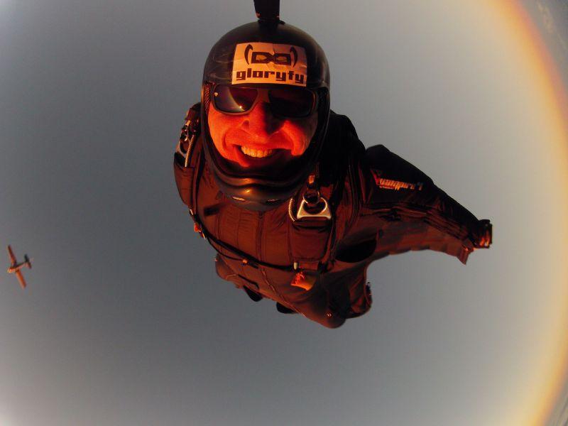 """Batman returns: Das Outfit der Wingsuiter erinnert ein klein wenig an das von Fledermäusen. Dank ihrer speziellen Flügelanzüge können sie große Distanzen zurücklegen. Das gleicht dann ein klein wenig Gleitflug von Vögeln. Daher resultiert auch der Name """"Birdmen"""". Auch Raphael Schlegel scheint das Ganze Riesenspaß zu machen. (Foto: Skydive Westerwald)"""