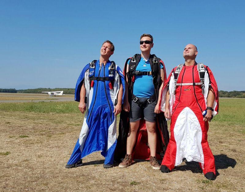 Schlabberlook: Jörg Kleine (links) hat die Wingsuit-Disziplin in Breitscheid salonfähige gemacht. Gemeinsam mit Kameramann Marc Stanglmayer (Mitte) und Christian Grempel (rechts) trat er bei den Deutschen Meisterschaften im Breisgau an. Das Team wurde Zweiter. Kleine qualifizierte sich als Solist zudem für die Weltmeisterschaften im kommenden Jahr. (Foto: Skydive Westerwald)