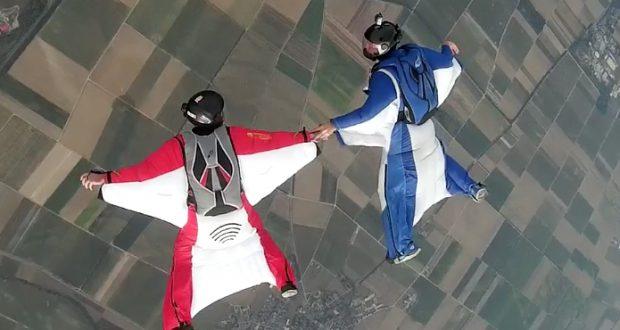 Paartanz am Himmel. Im Rahmen der Deutschen Meisterschaften mussten die Teilnehmer, die in der Acrobatic-Disziplin angetreten waren, eine bestimmte, genau vorgegebene Figurenfolge mit ständigen Positionswechseln absolvieren. Zu jedme Team gehörte ein Kameramann, der die Manöver für die Jury dokumentierte. (Foto: Marc Stanglmayer)