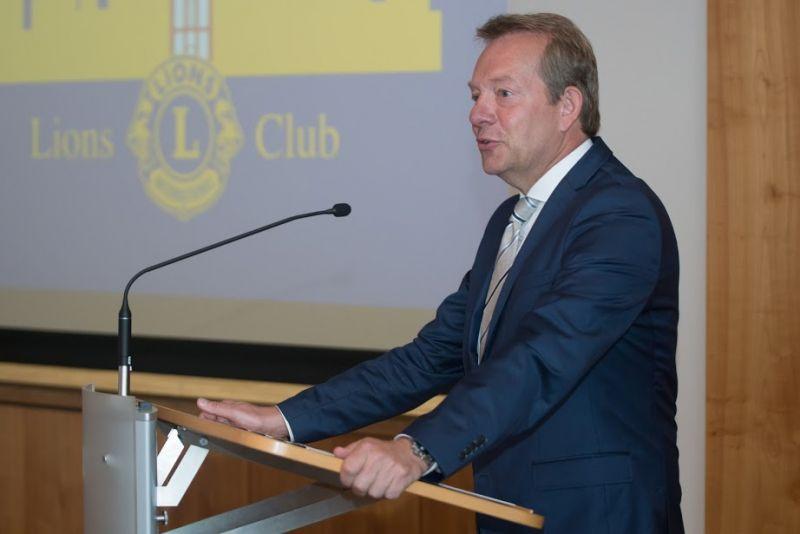 """Bürgermeister Steffen Mues wünschte sich insbesondere ein Lions-Engagement in nachhaltigen sozialen Projekten und lobte insgesamt das ehrenamtliche Engagement vieler Bürgerinnen und Bürger in der Region """"wir werden hier von einer sehr starken ehrenamtlichen Riege unterstützt"""". (Foto: Lions-Club """"Siegen-Krönchen"""")"""