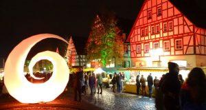 """Hilchenbach erscheint seit 2012 alle zwei Jahre """"in einem ganz anderen Licht"""", wenn der Mondscheinmarkt Gäste aus nah und fern in die Stadt am Rothaarsteig lockt. (Foto: Stadt Hilchenbach)"""