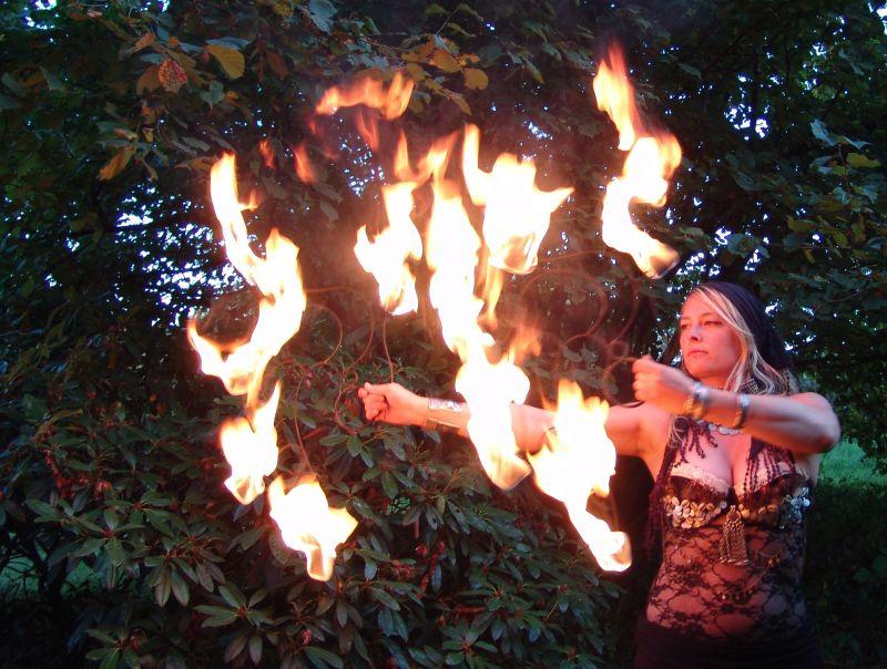 Feuertänzerin Saguna präsentiert ihre Feuershow.