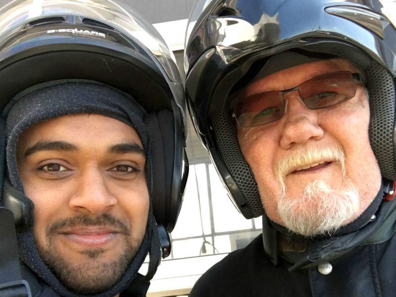 Rohith Malagalale Shivappa und Eckehard Weitz bei einem gemeinsamen Motorrad-Ausflug.