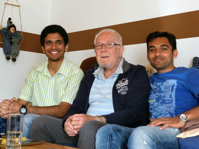 Kanaada Metikurke (l.) und Rohith Malagalale Shivappa (r.) besuchen Eckehard Weitz in seiner neuen Wohnung. Anil Sharma ist gerade auf Familien-Besuch in Indien.