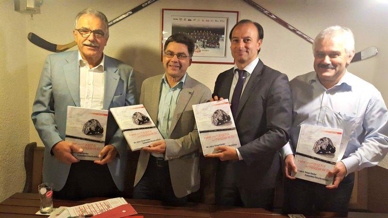v.l.n.r : Dietrich Ballin (EHC Vorsitzender), Frank Kruppa (Autor ), Michele Schulte (Marketing Vorstand EHC), Martin Resch (Geschäfstführer SPS) (Foto: Verein)